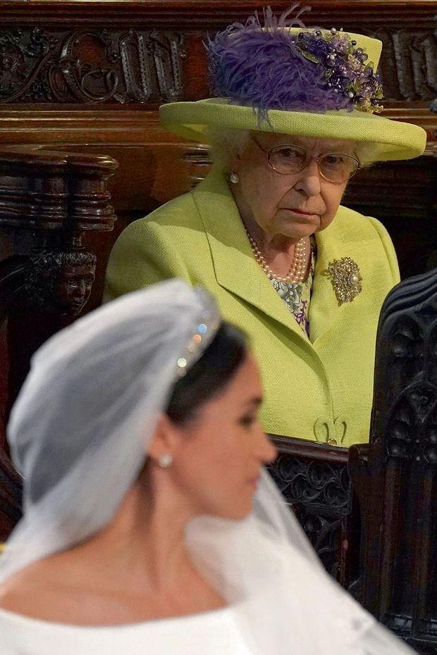 L'inquiétude. Le 19 mai 2018, pendant le mariage dans la chapelle de Windsor, la Reine craint déjà le faux pas.