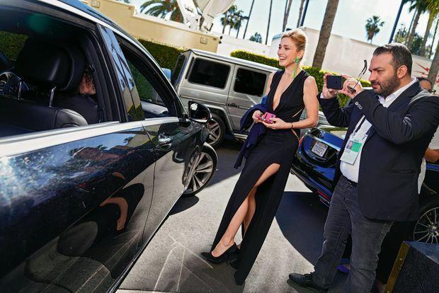 Devant la voiture qui emmène l'équipe de « L'insulte » à la cérémonie. La sienne va bientôt arriver.