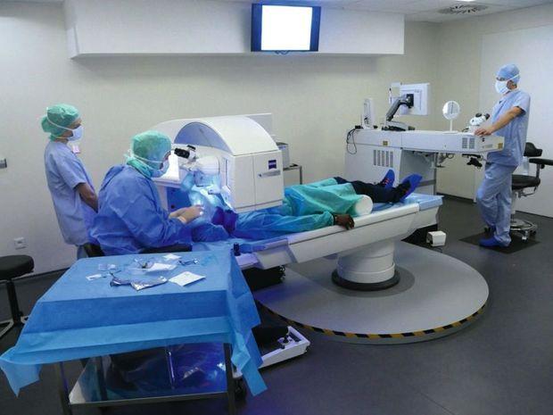 L'intervention est indolore, grâce à un collyre anesthésiant, et dure quarante-cinq minutes.