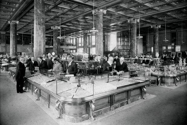 La boutique Tiffany & Co en 1905, située entre la 5e Avenue et la 37e Rue à New York, jusqu'en 1940.