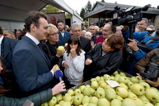 La cérémonie d'hommage s'est poursuivie, devant le musée, par une dégustation de pommes offertes par des exploitants.
