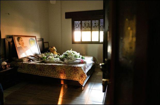 Le 20 octobre. La chambre de Hevrin à Derik. Sur son lit, son portrait, des fleurs blanches et son ours en peluche.