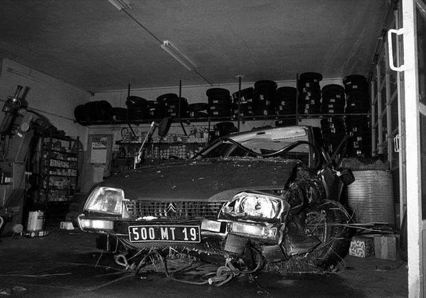 """La Citroën CX de Jacques Chirac, détruite le 26 novembre 1978. L'accident vaudra au futur président une hospitalisation durant laquelle il lancera un appel contre """"le parti de l'étranger""""."""