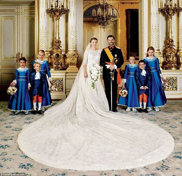 En robe Elie Saab, la comtesse Stéphanie de Lannoy, lors de son mariage avec le prince Guillaume, grand-duc héritier de Luxembourg.