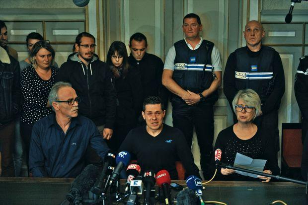 La conférence de presse du 2 novembre 2017, deux jours après la découverte du corps. Isabelle et Jean-Pierre Fouillot, les parents d'Alexia, entourent un Jonathann en pleurs.