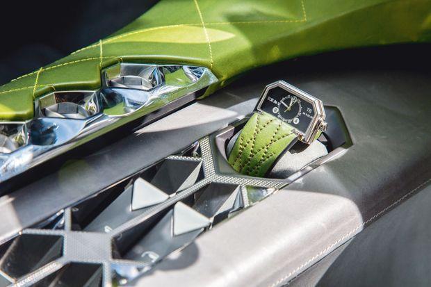 La console centrale accueille une montre spécialement développée par l'horloger français BRM.
