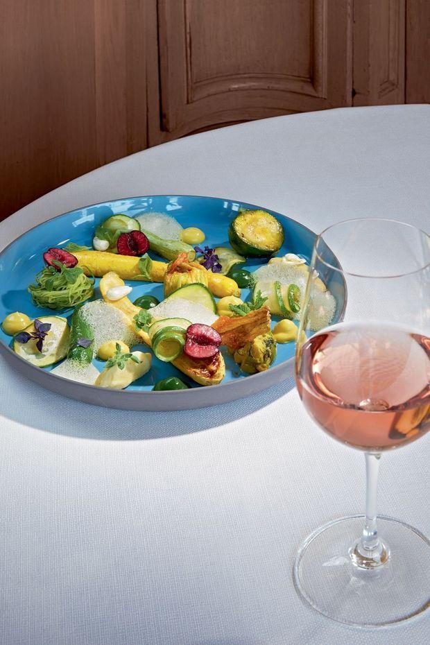 La courgette de Nice est formidable pour sa densité, son croquant, son petit goût de noisette. Elle se déguste crue avec un filet d'huile d'olive, du sel et de l'estragon.