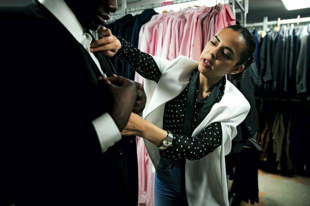 Dernières retouches à La Cravate solidaire, une association qui habille et prépare les demandeurs d'emploi à un entretien d'embauche.