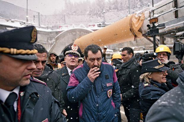 La création de la ligne à grande vitesse Lyon-Turin divise la coalition italienne. Le ministre de l'Intérieur Matteo Salvini, en visite sur le chantier à Chiomonte le 1er février, soutient le projet.