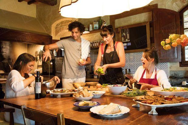 La cuisine est une passion familiale. Pendant des heures, Mika et ses sœurs concoctent des plats méditerranéens.