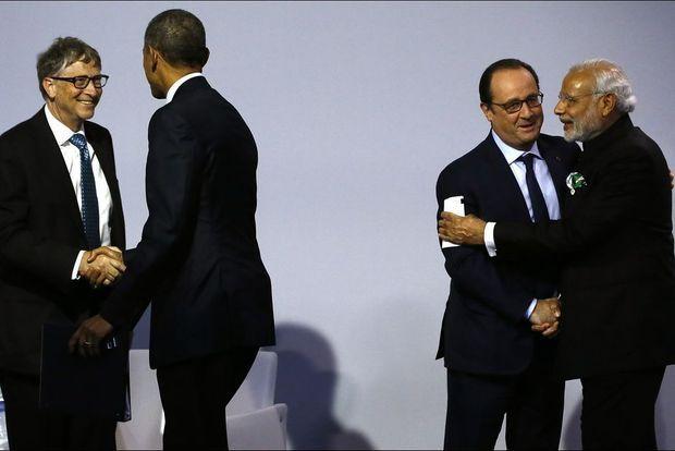 La double poignée de main: Bill Gates et Barack Obama d'un côté, François Hollande et le président indien Modi de l'autre
