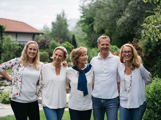 La famille Rochelt dans leur domaine en permaculture.