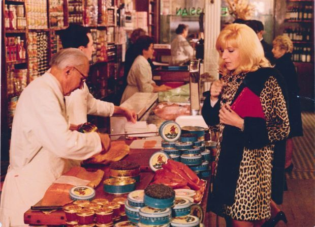 Dans « La femme écarlate » de Jean Valère (1969), Eva, incarnée par Monica Vitti, vient à Paris pour mener grand train. Cela passe forcément par la boutique Petrossian !