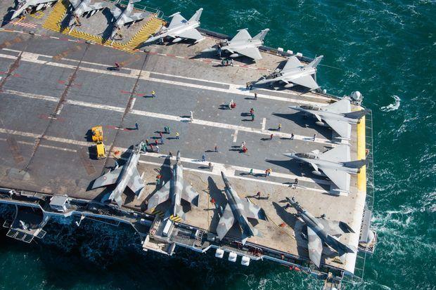 La flotte aéronavale embarquée est de 26 appareils dont 18 Rafale, 8 Super-Etendard, 2 Hawkeye et 3 hélicoptères.
