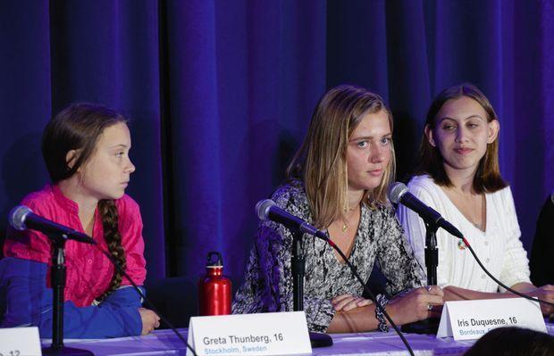 LA FRANÇAISE IRIS DUQUESNE (16 ANS), à la gauche de Greta Thunberg, porte plainte à l'Onu avec 15 autres jeunes contre l'inaction climatique de certains Etats, le 23 septembre.