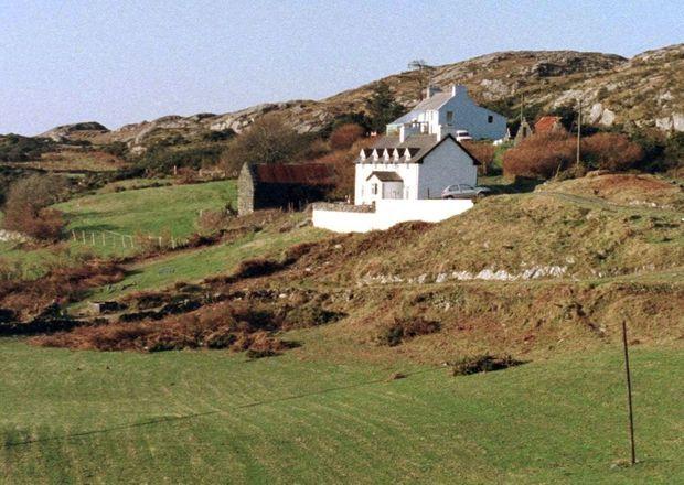 La lande de West Cork. Sophie appréciait le calme et la sérénité de cette région sauvage du sud-ouest de l'Irlande. Les enquêteurs commencent les premières investigations.