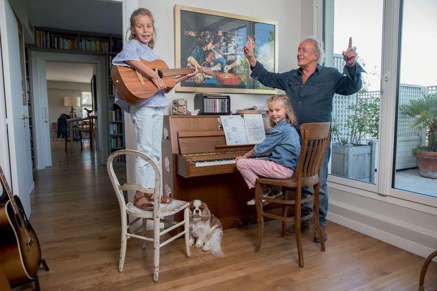 La leçon de musique. Lola à la guitare, Louise au piano, papa à la baguette. Pour un seul auditeur, Lulu.