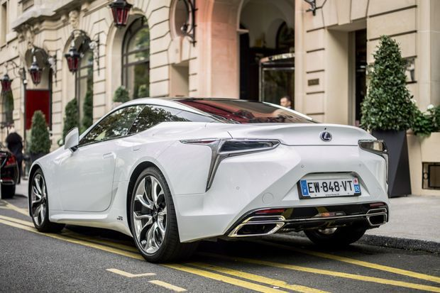 La Lexus est dotée d'un équilibre impérial grâce à son essieu arrière directionnel
