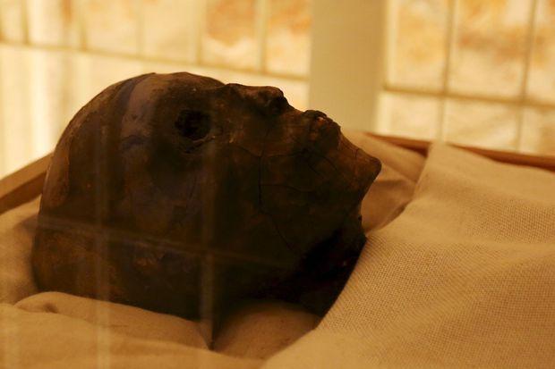La momie de Toutankhamon débarrassée de son sarcophage en novembre 2015
