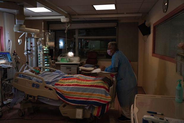 La nuit, le jour, le travail reste le même. Rachid, infirmier, regarde les constantes et surveille son mal