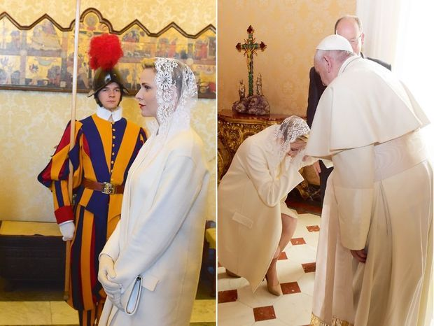 La princesse Charlène se prosterne devant le Souverain Pontife.