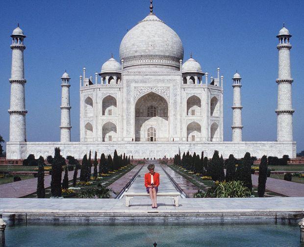 La princesse Diana, seule, devant le Taj Mahal, le 13 février 1992.