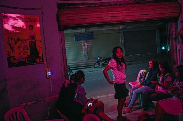 La prostitution fait également partie des « attraits » de la ville. A la nuit tombée, des jeunes femmes jaillissent dans les lueurs des phares.