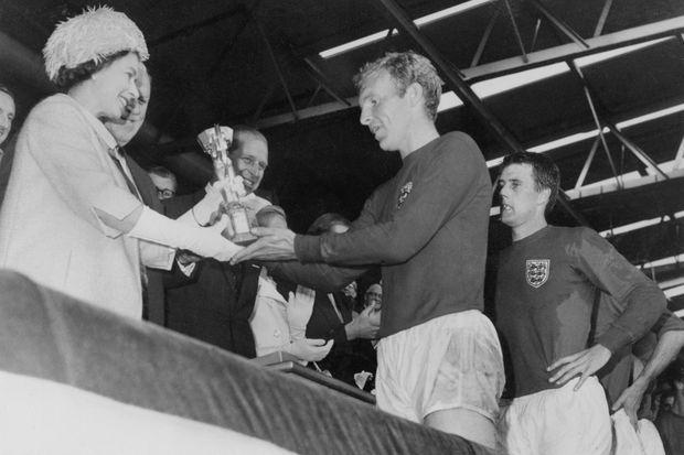 La reine remet le trophée (le vrai) aux vainqueurs en 1966.