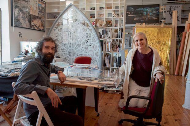 La styliste dans l'atelier de l'artiste romain contemporain Pietro Ruffo. Elle partage avec lui la passion des symboles cosmiques.