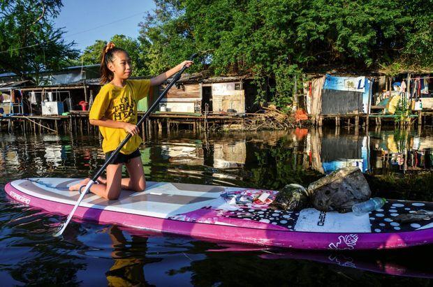 LA THAÏLANDAISE RALYN SATIDTANASARN (12 ANS), dite Lilly, mène le combat contre le plastique. Elle ramasse les détritus sur un canal de Bangkok.