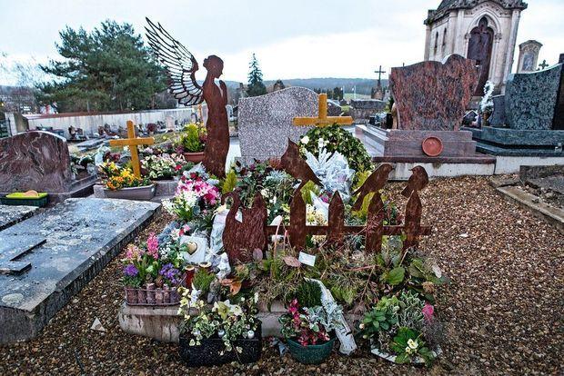 La tombe d'Alexia, au cimetière de Gray-la-Ville.
