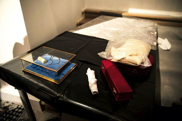 La tunique de Saint Louis, la sainte couronne et le clou de la Passion. Les précieuses reliques ont été mises à l'abri dans le coffre de la mairie de Paris.