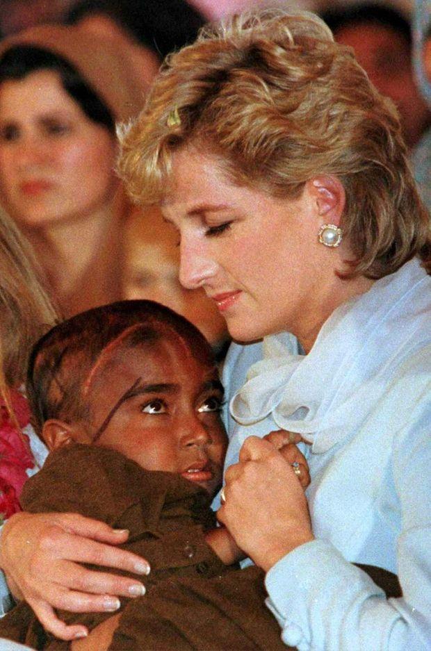La princesse Diana avec un jeune enfant souffrant de cancer à Lahore au Pakistan, en 1997