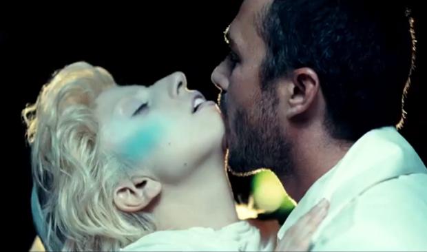 "Lady GaGa et Taylor Kinney dans ""Yoü & I"""
