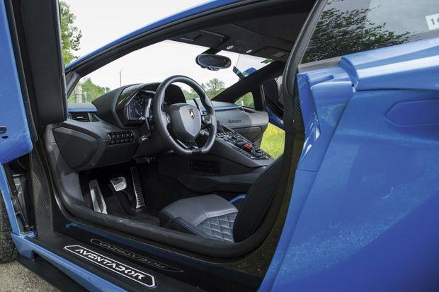 Vendue 50 000 € de plus qu'une Ferrari 812 Superfast et 90 000 € de plus qu'une McLaren 720S, la Lamborghini Aventador S évolue sur une autre planète à tous points de vue.