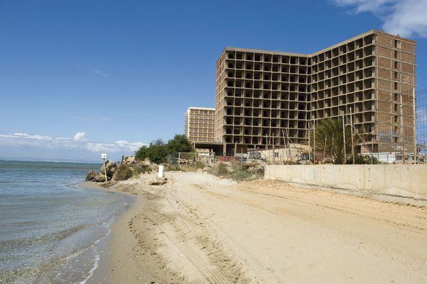 Sur la plage de La Manga, dans la région de Murcie, l'une des plus touchées, le chantier est abandonné. Dans le bâtiment achevé (au fond), seul un appartement est occupé. Aux belles heures du boom de la construction, le BTP employait un travailleur espagnol sur trois.