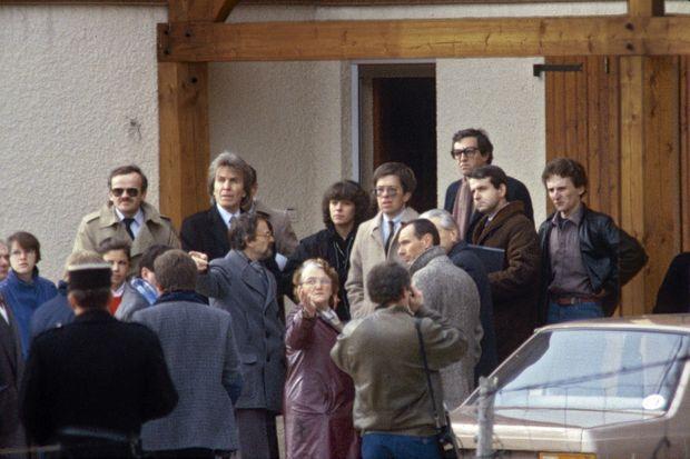 Le 31 octobre 1985. Le juge Lambert, à côté de Christine Villemin, sous contrôle judiciaire. A l'extrême droite, en chemise lie-de-vin, Jean-Marie Villemin, emprisonné pour le meurtre de Bernard Laroche. Au premier rang, ses parents, Monique et Albert Villemin, constitués partie civile, avec leur avocat Paul Lombard (à gauche).