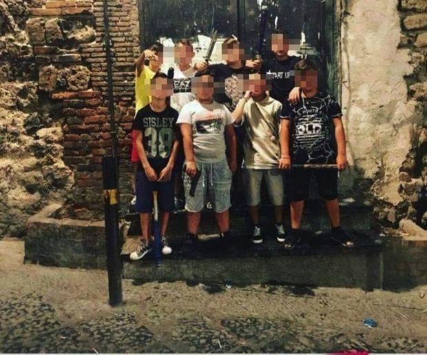 Lame, flingue, batte de base-ball… et vanité : cette photo du gang des Parrocchiella a été postée par un enfant de 9 ans sur sa page Facebook, en janvier 2018.