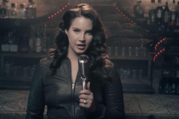 Lana Del Rey dévoile sa bague de fiançailles lors d'une performance pour le talk-show de Jimmy Fallon, le 14 décembre 2020©Youtube