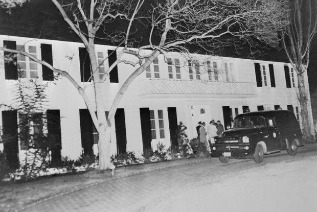 Policiers et reporters devant la maison de Lana Turner, juste après la mort de Johnny Stompanato, dans la nuit du 4 au 5 avril 1958. Le drame a eu lieu dans la chambre située à la première fenêtre en haut, à gauche.
