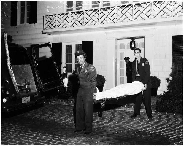 La police emporte le corps de Johnny Stompanato, dans la nuit du 4 au 5 avril 1958.