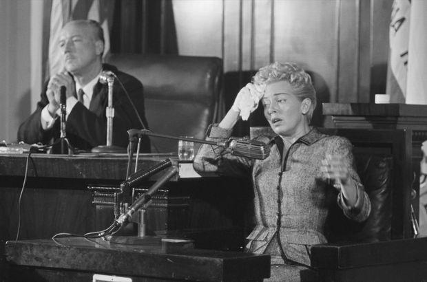 Lana Turner témoignant au procès de sa fille Cheryl Crane, le 11 avril 1958, une semaine après la mort de Johnny Stompanato.