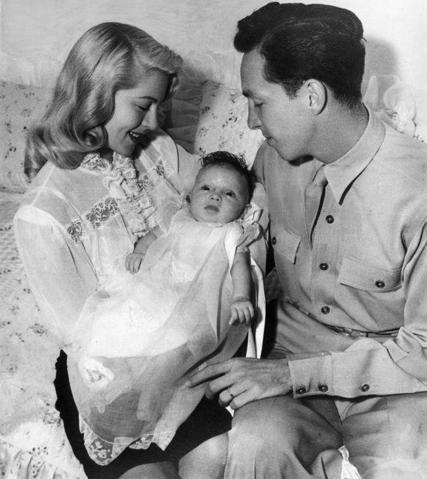 Cheryl Crane, entourée de ses parents Lana Turner et Stephen Crane quelques semaines après sa naissance, le 25 juillet 1943.