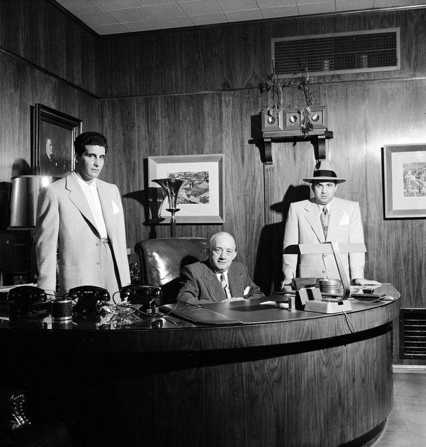 Le gangster Mickey Cohen (à dr.) avec ses acolytes, le manager Mike Howard et le garde du corps Johnny Stompanato (à g.) en 1949.