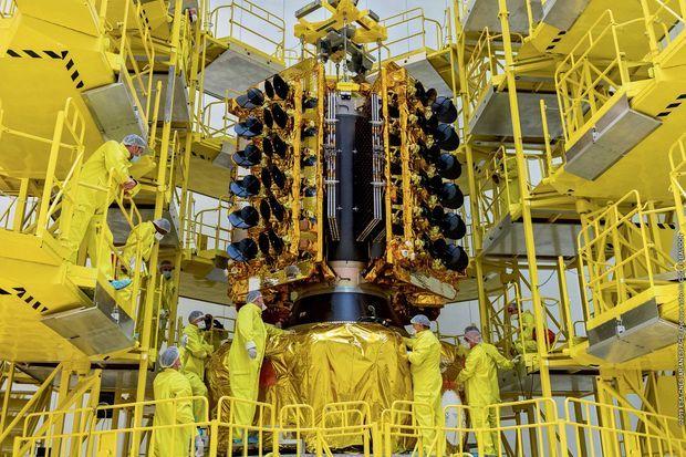 Pose de 4 satellites sur l'étage Fregat du lanceur Soyouz à Kourou.