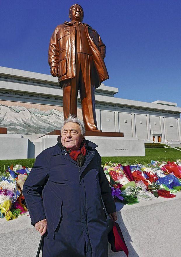 Claude Lanzmann devant la statue de Kim Jong-il, le père de Kim Jong-un, début 2016 à Pyongyang
