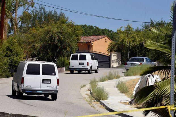 Les fourgons de la police devant le domicile de Chris Brown.