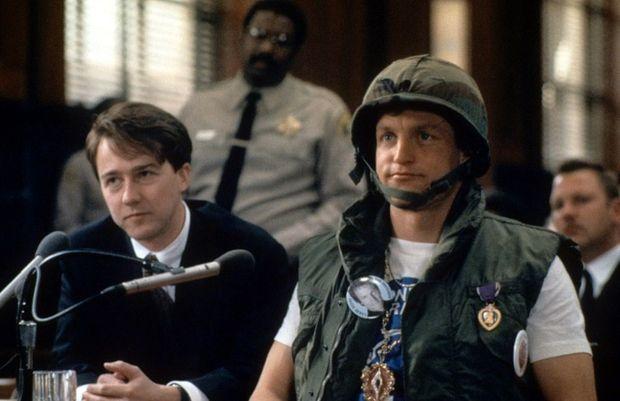 Woody Harrelson dans le rôle de Larry Flynt, et Edward Norton dans le rôle de son avocat Alan Isaacman, dans le film de Miloš Forman.