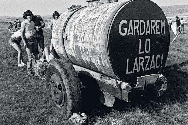 Agriculteurs et militants se donnent la main pour empêcher l'extension du camp militaire du Larzac et l'expropriation des paysans en août 1977