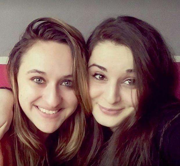 Laura, 22 ans, et sa cousine Mauranne (à dr.), 20 ans, deux prénoms de plus sur la liste des victimes du fanatisme